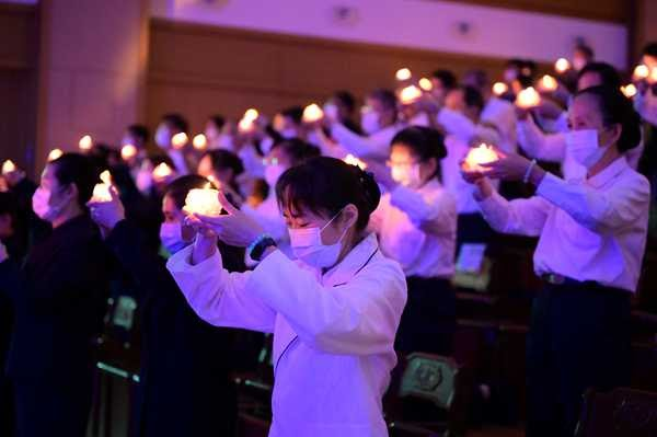 Healthcare professionals holding heart lamps, expressing gratitude to the past and blessing the future (photo by Chou Shih-Lung)