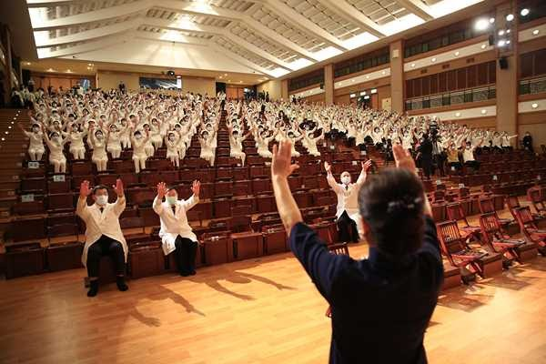 Instructors Wang Yueh-Mei and Chen Su-Man leading sign language performance (photo by Lai Ting-Han)